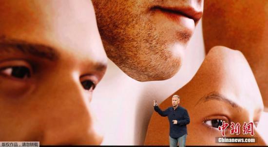 iPhone X则取消了正面的物理按键(home键),为全面屏手机,采用超级视网膜技术,OLED屏幕,屏幕分辨率达到2436 x 1125 像素,其一个主要特点是支持人脸识别,即Face ID,可以通过面部创建3D表情在iMessage中使用。