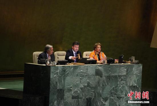 9月12日,第72届联合国大会在纽约联合国总部开幕。图为第72届联合国大会主席米罗斯拉夫?莱恰克敲击木槌,宣布第72届联大开幕。 中新社记者 马德林 摄