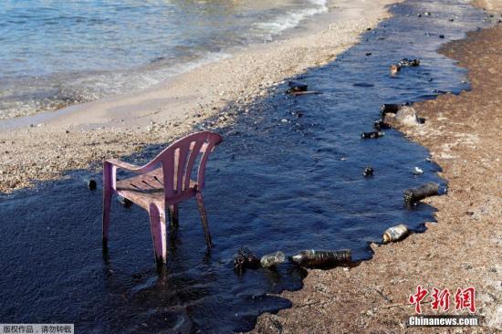 希腊萨拉米纳(Salamina)岛当局表示,当地时间9月10日在希腊萨罗尼克湾沉没的油轮泄漏的重油导致海水受到污染,有可能导致重大环境灾难。图为当地时间9月12日拍摄的萨拉米纳岛沿海地区油污污染严重。