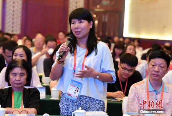 资料图:第九届海外华文媒体记者在见面会上提问。中新社记者 张斌 摄