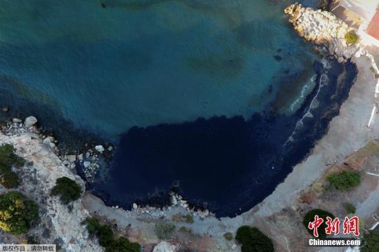 当地时间9月12日,空中俯瞰萨拉米纳岛沿海地区,油污清晰可见。