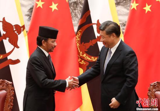 """9月13日,中国国家主席习近平在北京人民大会堂同文莱苏丹哈桑纳尔举行会谈。会谈后,两国元首共同见证了两国""""一带一路""""建设、基础设施建设、卫生等领域双边合作文件的签署。中新社记者 杜洋 摄"""