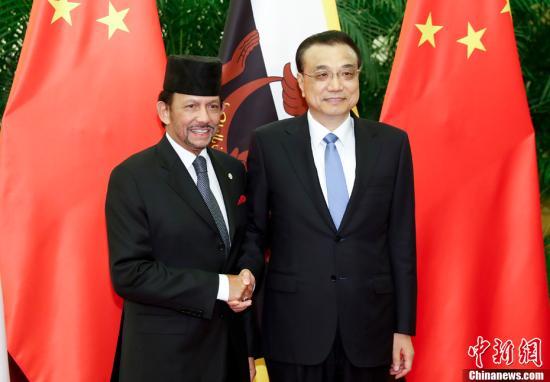9月13日,中国国务院总理李克强在北京人民大会堂会见文莱苏丹哈桑纳尔。中新社记者 杜洋 摄