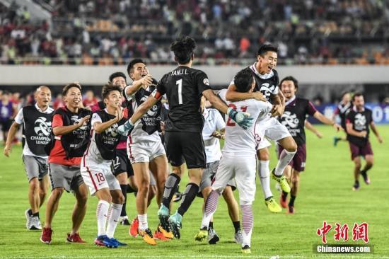 资料图:上海上港队球员比赛后拥抱庆祝。 中新社记者 陈骥�F 摄