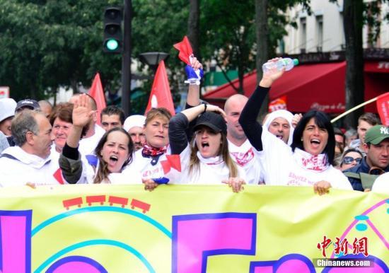 法国多个城市9月12日爆发罢工游行,抗议该国总统马克龙推行的劳动法改革。这是马克龙就任以来首次面临大规模街头抗争的考验。图为抗议人士在巴黎举行游行。 中新社记者 龙剑武 摄