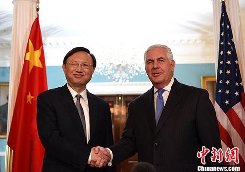 资料图:当地时间9月12日,中国国务委员杨洁篪(左)在位于华盛顿的美国国务院会见美国国务卿蒂勒森。 中新社记者 刁海洋 摄