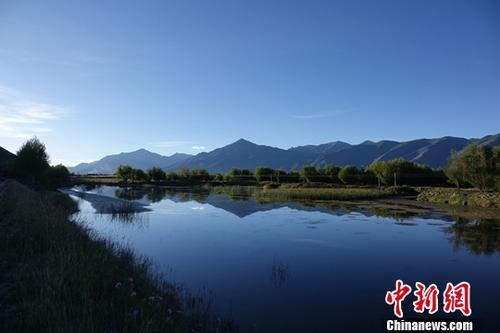 图为拉萨市郊区湖泊。(资料图片)中新社记者 孙翔 摄