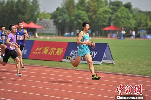 9月13日,浙江队选手谢震业以微弱优势领先男子200米决赛。 <a target='_blank' href='http://www.chinanews.com/'>中新社</a>记者 王远 摄