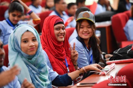 9月14日,参加开营仪式的青年学生。当日,2017年孟加拉国青少年访华交流营在云南大学开营,来自孟加拉国的144名学生将在该校进行为期两周的汉语学习、中国文化体验及赴大理文化名城访问等一系列交流活动。中新社记者 刘冉阳 摄