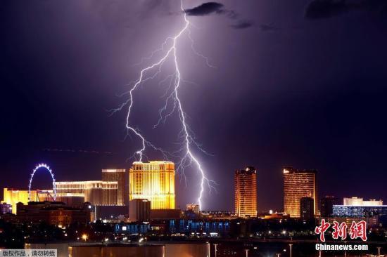 资料图片:遭雷雨侵袭的城市。
