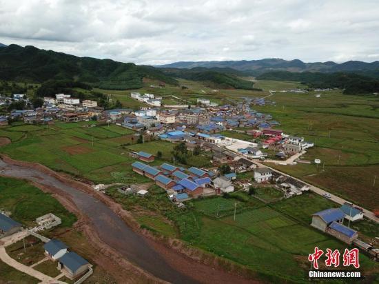 资料图:四川一贫困村易地搬迁,住进了新的统一风貌的小洋房。 张浪 摄
