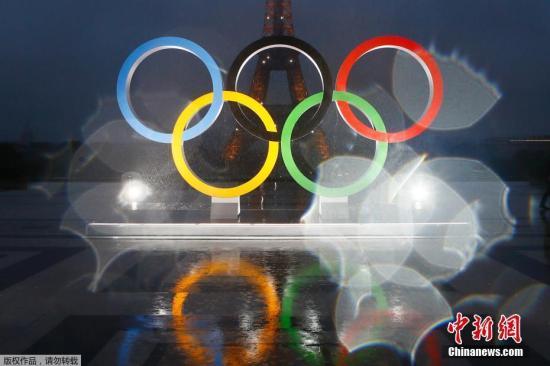 资料图:埃菲尔铁塔前的奥运五环标志。