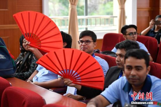 9月14日,青少年对中国扇子爱不释手。当日,2017年孟加拉国青少年访华交流营在云南大学开营,来自孟加拉国的144名学生将在该校进行为期两周的汉语学习、中国文化体验及赴大理文化名城访问等一系列交流活动中新社记者 刘冉阳 摄