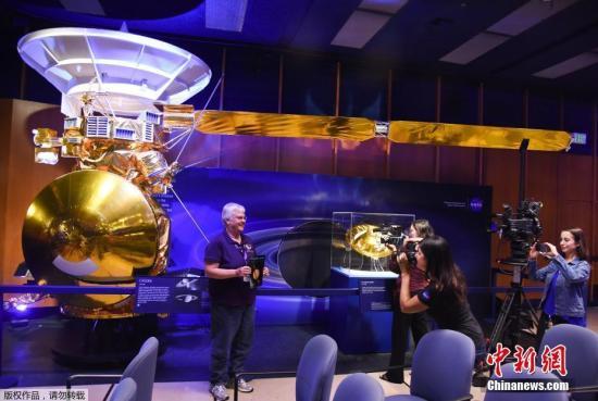 """在发布会现场,人们与1/2大小的""""卡西尼""""号模型合影留念。20年间,""""卡西尼""""号拍摄了近 50 万张图像、执行了 250 万条指令。接下来的10年,NASA将使用类似""""卡西尼""""号的前卫方式探索太阳系里更神秘的冰巨行星""""天王星""""及""""海王星""""。"""