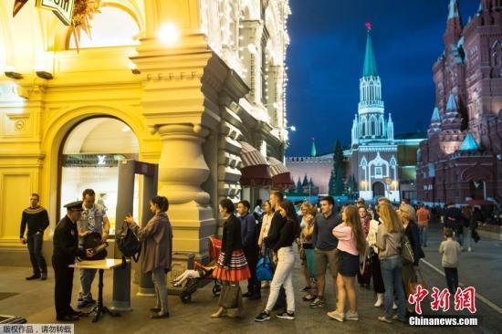 据俄安全部门初步调查结果显示,部分匿名电话是通过国际虚拟运营商的IP电话拨打的,其中部分电话可能来自乌克兰。图为莫斯科红场上接受安检的人群。