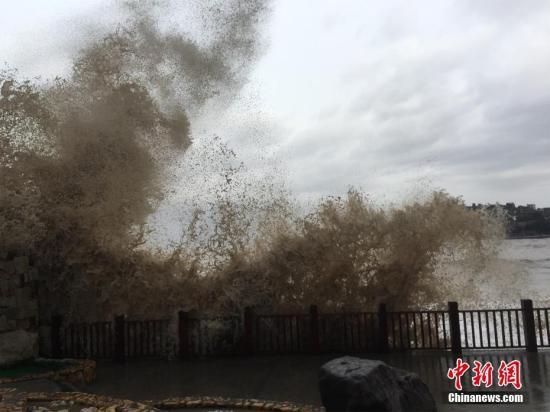 """9月14日,三岙观景平台溅起的浪。当天,第18号超强台风""""泰利""""靠近,浙江台州温岭市石塘镇金沙滩巨浪滔天,三岙观景平台溅起数米高的浪。中新社记者 张琦 摄"""