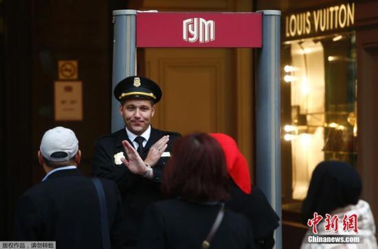 资料图片:俄罗斯一百货商店门口,安保人员出于安全考虑,阻止顾客进入。