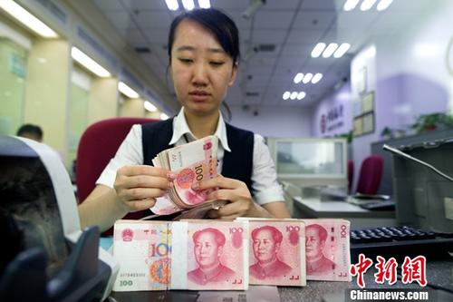9月14日,山西太原,银行工作人员正在清点货币。 中新社记者 张云 摄