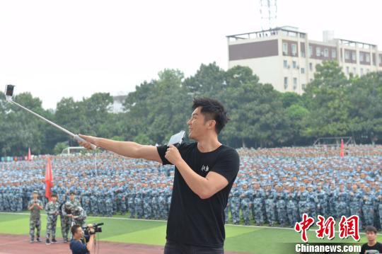 """李晨现身成都 7000人护航《空天猎》战斗""""起飞""""。 钟欣 摄"""