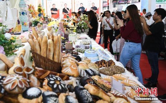 资料图:各类食品参加展览。中新社记者 张勇 摄