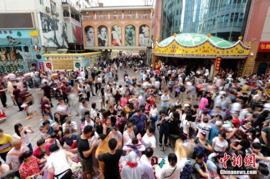 9月15日,商户聚集在北京天意商城门口甩卖商品,吸引大批顾客抢购。天意商城是北京规模最大的小商品批发兼零售市场,为疏解北京非首都功能,天意商城将于9月16日关门停业。中新社记者 盛佳鹏 摄