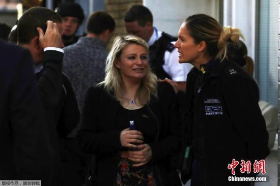 据英国媒体报道称,此次爆炸发生在伦敦帕森斯格林地铁站,爆炸传出巨响和热浪。由于事发时为上班高峰,导致车上乘客恐慌,部分乘客在踩踏事故中受伤,也有人面部被烧伤。图为民众接受警方资问询。