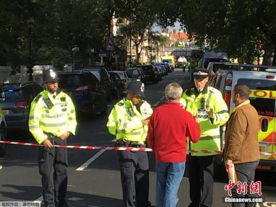 伦敦警方已经封锁了事发地铁车站及周边地区。