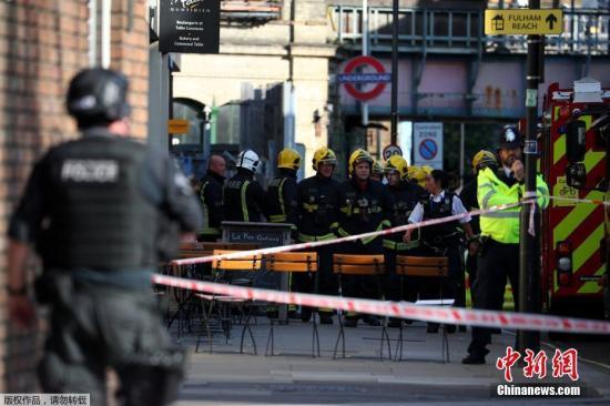 当地时间9月15日,英国伦敦地铁西伦敦区发生一起爆炸事件,部分乘客在踩踏事故中受伤,也有人面部被烧伤。图为警方封锁周边区域。
