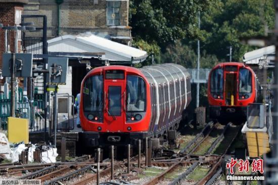 图为帕森格林地铁站,发生事故的地铁车厢旁,警方正在对爆炸事件展开调查。