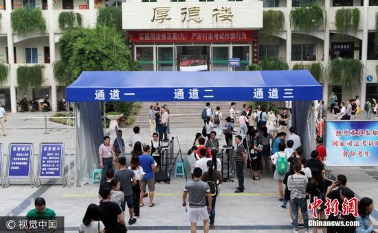 9月16日,重庆,2017年国家司法考试永川考区萱花中学考点开考。 图片来源:视觉中国
