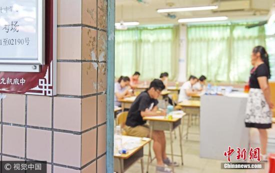 """9月16日,广州,国家司法考试""""末班车""""的铃声准时敲响,被誉为""""中国第一考""""的国家司法考试有序地进行,考试在认真答题。 图片来源:视觉中国"""
