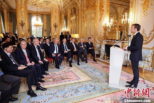 9月15日,法国总统马克龙在巴黎爱丽舍宫会见了出席博鳌亚洲论坛巴黎会议的中方代表。 中新社记者 BFA图片 摄