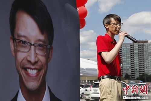 当地时间9月14日,罹患鼻咽癌的加拿大联邦国会华裔议员、国会执政党副领袖陈家诺(Arnold Chan)病逝,年仅50岁。图为2017年7月16日,陈家诺在选区为民众举办聚会活动。(资料图片) 中新社记者 余瑞冬 摄