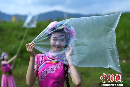 资料图:国际臭氧层保护日,丽江一景区工作人员行为艺术呼吁环保。陈超 摄