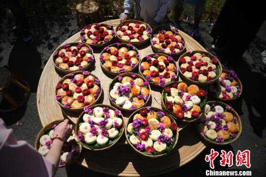 图为比赛用的鲜花月饼摆满了一桌。 陈超 摄