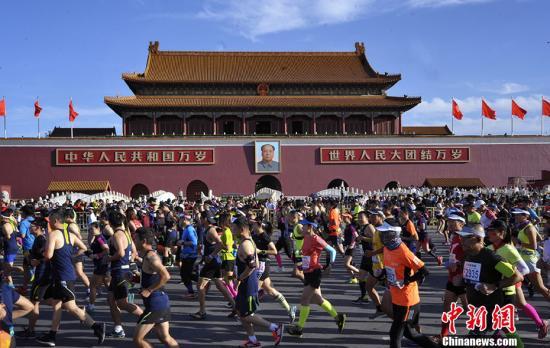 北京马拉松作为顶级赛事,已成为北京的城市名片之一。北马自2015年起就真正进入了全马时代,比赛从天安门广场集结出发,沿途经过东城区、西城区、海淀区、朝阳区,跑过42.195公里,到达终点奥林匹克公园景观大道中心区庆典广场。中新网记者 李霈韵 摄