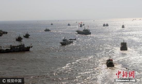 """自8月以来,""""休渔期""""逐步结束,在经历了8月1日和8月16日的两次解禁后,灯光围(敷)网船。拖虾船,流刺船等已开捕。昨日,随着最后的拖网、帆式张网作业渔船出海捕鱼,台州市""""休渔期""""正式结束,东海全面开渔。 图片来源:视觉中国"""
