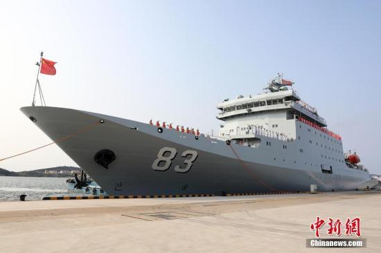 9月17日上午9时,中国海军新型训练舰戚继光舰搭载549名海军学员和官兵,从辽宁大连某军港解缆启航,首次执行远航实习任务并访问葡萄牙、意大利、斯里兰卡、泰国。在为期76天的航行中,戚继光舰将航经太平洋、印度洋、大西洋三大洋,跨越11个海区,穿越马六甲海峡、直布罗陀海峡、苏伊士运河等8条海峡、运河,到访葡萄牙里斯本港、意大利塔兰托港、斯里兰卡科伦坡港、泰国梭桃邑港,技术停靠阿曼塞拉莱港。戚继光舰是中国自行设计建造的最新型训练舰,舷号83,于2017年2月21日正式入列服役。该舰满载排水量近万吨,是目前中国海军吨位最大、现代化水平最高的专业训练舰。 <a target='_blank' href='http://www.chinanews.com/'>中新社</a>记者 林键 摄