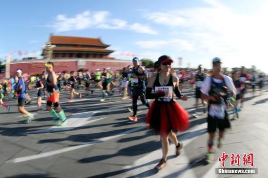 9月17日,2017北京马拉松赛鸣枪开跑。作为国内历史最悠久、影响力最大的马拉松赛事,本届赛事吸引了来自33个国家和地区的3万名参赛者同场竞技。 中新社记者 盛佳鹏 摄