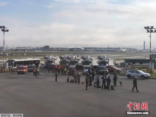 当地时间9月17日,法国巴黎戴高乐机场停机坪上的一架英国航空客机由于安全威胁紧急疏散乘客。