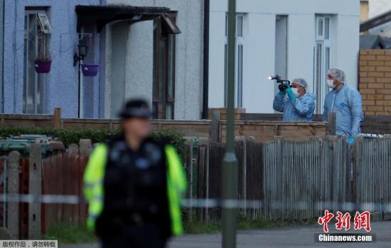 """9月18日消息,英国警方继续追查伦敦地铁恐怖袭击案,此前在东南部海港多佛拘捕一名18岁男子,据报此人是一名寄养叙利亚难民,两周前他也曾现身爆炸案发生地,当时一度被警方拘捕,其后获释。警方9月16日晚间又拘捕另一名21岁嫌疑人,并指其涉嫌违反反恐法。报道指,这显示警方认为此次袭击是有组织策划,而非""""独狼""""所为。9月16日,英国警方在多佛港拘捕一名18岁嫌疑人。目击者表示,嫌疑人当时正在买船票,7名警员迅速将他包围,问话后随即进行拘捕,疑犯则一直表现冷静。6小时后,警方突击搜查伦敦泰晤士河畔森伯里的一间房屋,当地距离温布尔登地铁站约37分钟车程,而遇袭列车正是从温布尔登出发,沿线包括案发地点帕..."""