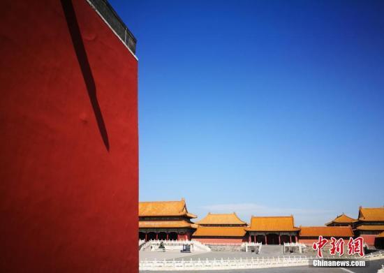 """9月18日,北京持续高能见度好天气。近日京城上空的灰色被弱冷空气吹散,恢复了蓝天白云的""""高颜值""""。预计本周,北京天空的""""颜值""""将一直持续,但早晚温差较大。中新社记者 杨可佳 摄"""