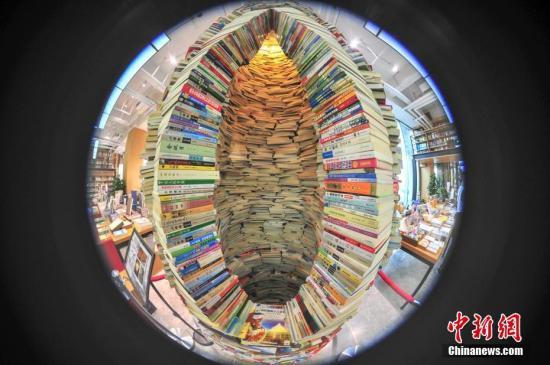 """沈阳书店用7000余册图书建4米多高巨型""""书塔""""。中新社记者 于海洋 摄"""
