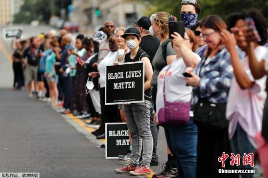 资料图:当地时间2017年9月17日,美国密苏里州圣路易斯,白人警员斯托克利(Jason Stockley)被判无罪,民众集会抗议。据报道,36岁的前圣路易斯市警员斯托克利(Jason Stockley)被控在资料图:2011年12月20日,枪杀24岁的非裔青年史密斯(Anthony Lamar Smith)。当地时间2017年9月17日,美国密苏里州圣路易斯,警员斯托克利(Jason Stockley)被判无罪,民众集会抗议。