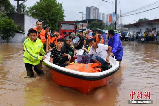 9月17日晚至18日晨,重庆长寿区出现持续降雨。暴雨致使引发的洪水,致使部分城区道路、居民小区被淹,被淹小区水深最深处达1.7米。18日晨,重庆长寿区公安局指挥中心陆续接到长寿云台镇、海棠镇、石堰镇等地报警,紧急出动100余名民警和消防官兵前往现场救援,共疏散被困群众500余人。目前,当地供电、供水部门正加紧抢修被淹设备,尽快让被淹地区群众生活恢复正常。受灾情况正在进一步统计中。游浩镭 摄