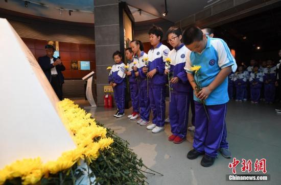9月18日,在长春伪满皇宫博物院,各界人士向抗日英雄谱献花。 中新社记者 张瑶 摄