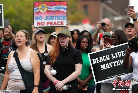 当地时间2017年9月17日,美国密苏里州圣路易斯,警员斯托克利(Jason Stockley)被判无罪,民众集会抗议。