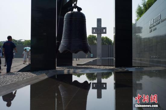 """9月18日上午10时整,南京拉响防空警报,以此纪念""""九一八""""事变爆发86周年。图为民众在侵华日军南京大屠杀遇难同胞纪念馆内参观。中新社记者 泱波 摄"""