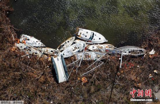 """近日,美属维尔京群岛遭飓风""""艾尔玛""""过境后,人们打捞游艇。"""