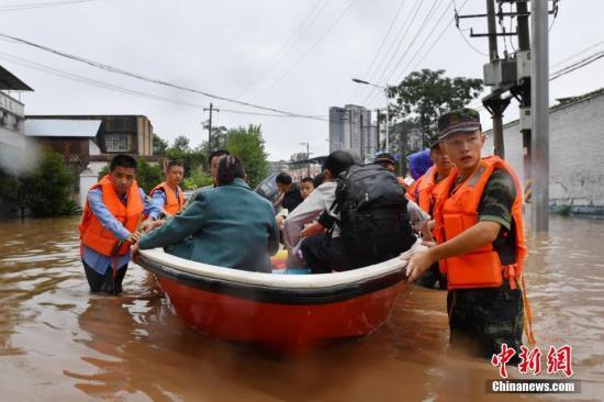 持续暴雨袭击重庆长寿 500余名受灾群众被转移。救援人员利用冲锋舟转移受灾群众。汪维 摄